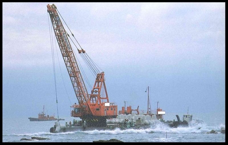 45m Revolving Crane Barge - 150T  TLC -  Japan Built - DWT 900 For Sale